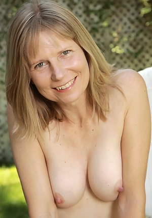 XXX MILF Outdoor Galleries