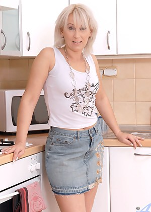 XXX MILF Kitchen Galleries