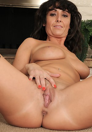 XXX MILF Spreading Galleries