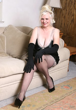 XXX MILF Gloves Galleries